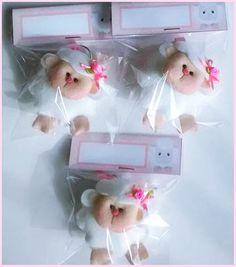 Ovelhinhas em feltro, chaveiros para lembrancinhas.  Levemente perfumadas, embaladas e com tag personalizada com o nome da criança.  Consulte o valor do Porta de Maternidade no mesmo tema.  Pedido mínimo 20 peças.