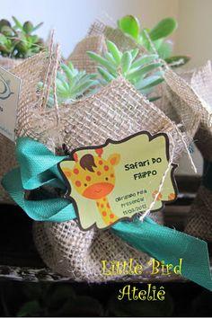 Lembrancinhas para os adultos, vasinho com suculentas decorado com juta e uma linda tag personalizada com os bichinhos da Selva!