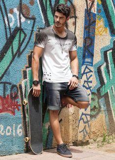 Camiseta Destroyed: Vista-se com estilo e atitude - M E N S T Y L E - Photo Poses For Boy, Boy Poses, Male Poses, Senior Boy Photography, Portrait Photography Poses, Men Looks, Best Poses For Men, Mens Photoshoot Poses, Casual Wear For Men