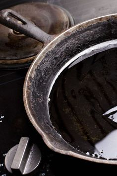 Sometimes cast-iron pans get rusty, but that doesn't mean you need to throw them out. Here's the best way to bring those pans back to life. Rusted Cast Iron Skillet, Season Cast Iron Skillet, Iron Skillet Recipes, Cast Iron Recipes, Iron Rust, Seasoning Cast Iron, How To Remove Rust, Removing Rust, Cast Iron Cooking