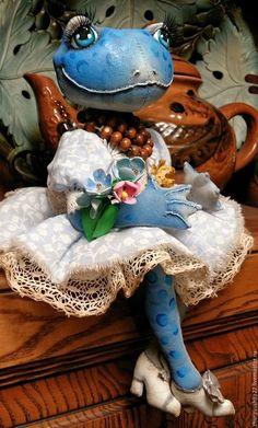 Купить или заказать Голубая лягушка. Текстильная кукла. в интернет-магазине на Ярмарке Мастеров. Лягушка -- символ достатка и благополучия. Эти текстильные куклы выполнены в технике грунтованный текстиль. Куклы сшиты из бязи и покрыты акриловыми красками. Лягуха в сидячем положении, но ручки и лапки армированы, им можно придать фиксированное положение. Голова наклоняется и немного крутится. Наряд выполнен из хлопка, хлопковых кружев.