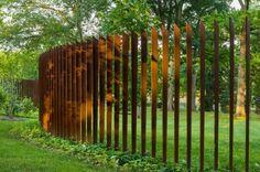 Staket och plank ramar in trädgården, skapar insynsskydd och vindskydd. Som galleriet visar, så är man inte begränsad till att använda endast stål och trä som material. Färgval och formvariationer ger oändliga valmöjligheter. Låt dig inspireras till dekorativa staket!