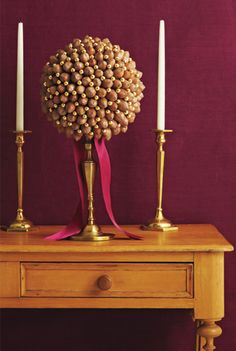 Acorns and gold balls on a candlestick. Me likey.