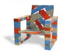 un fauteuil en bois comme meuble en palettes avec des couleurs
