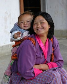 PictoJournal © : Bhutan- Buddhist Kingdom of Dragons Baby wearing We Are The World, People Around The World, Mom And Baby, Baby Boys, Beautiful World, Beautiful People, Cute Kids, Cute Babies, Madonna And Child