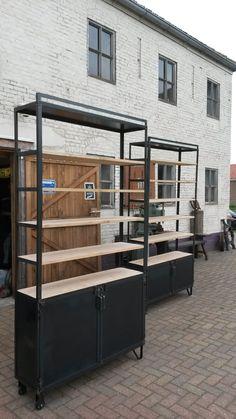 Een kleinschalige creatieve werkplaats waar met veel plezier en vakmanschap gewerkt wordt aan meubels van staal en hout, voor bedrijven en particulieren. Alle meubels zijn unieke ontwerpen en worden volledig in eigen beheer gemaakt, daardoor blijven de prijzen normaal en de meubels bijzonder.