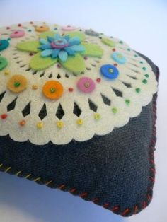 Beautiful work on this colorful felt pillow Fabric Art, Fabric Crafts, Sewing Crafts, Sewing Projects, Felt Embroidery, Felt Applique, Felt Flowers, Fabric Flowers, Felt Pincushions