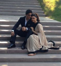 Shah Rukh Khan and Deepika Padukone - Lovely pose Pre Wedding Poses, Wedding Couple Poses Photography, Couple Photoshoot Poses, Indian Wedding Photography, Pre Wedding Photoshoot, Wedding Shoot, Bridal Poses, Post Wedding, Couple Shoot