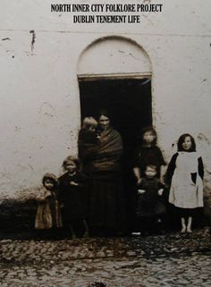 Inner-city women and children (Image posted by Dublin Tenement LIFE) Old Irish, Irish Celtic, Old Pictures, Old Photos, Irish Famine, Dublin Street, Scotland History, Photo Engraving, Ireland Homes