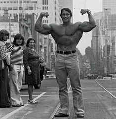 Arnold Flexing in Public! Physique, Body Fitness, Gym Fitness, Fitness Models, Health Fitness, Fitness Quotes, Bodybuilding Workouts, Bodybuilding Motivation, Training Videos