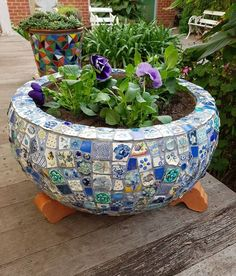 Ive planted some pretty blue pansies in my blue mosaic pot.its been moved to the back verandah so Gertie (my dog) wont wreck it (hopefully!swipe to next pic to see Gertie! Mosaic Planters, Mosaic Garden Art, Mosaic Tile Art, Mosaic Vase, Mosaic Flower Pots, Blue Mosaic, Pebble Mosaic, Mosaic Diy, Mosaic Crafts
