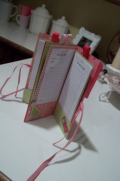 Christmas Pocket Planner  Built from a simple two-pocket file folder, these long, lean Christmas planners pack a lot of organizing punch into a small package. Get organized!