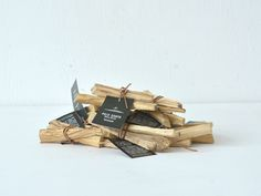 PALO SANTO - Playmountain   M tree / エム・ツリー  ラテンアメリカの先住民たちが「神の樹」と呼び、魔除けとして使用されてきたパロサント。 油分を豊富に含み、濃厚な芳香が特徴です。芳香剤・虫除けとして使用でき、焚いたり、お部屋や玄関に置いたり、吊すなど飾りや芳香を楽しむことができます。  w100×φ30×(mm) 3~4本セット販売 素材:パロサント( 香木)