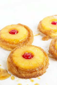 Pineapple Upside Down Sugar Cookies - Pineapple upside down cake in cookie form because everyone loves cookies! Soft sugar cookie bottoms with a ring of pineapple and cherry center all covered in a brown sugar glaze! Smores Dessert, Halloween Desserts, Köstliche Desserts, Delicious Desserts, Yummy Cookies, Cookies Soft, Baby Cookies, Heart Cookies, Pineapple Cookies
