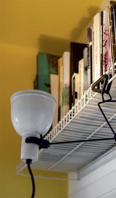 Quando precisa encontrar algum volume nesta estante suspensa, o arquiteto sobe em um banquinho que fica de prontidão no local e ilumina as lombadas dos livros, direcionando a cúpula de um prático spot com gancho.