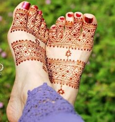 It's lovely how these mehndi designs make our lgs and feet look beautiful. Check out these 8 leg mehndi designs to get you started. Dulhan Mehndi Designs, Mehandi Designs, Henna Tattoo Designs Simple, Legs Mehndi Design, Modern Mehndi Designs, Wedding Mehndi Designs, Beautiful Henna Designs, Arabic Mehndi Designs, Mehndi Designs For Hands