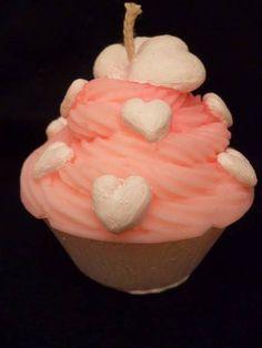 Vela em formato de cupcake, na cor rosa com corações na cor branca, produzida em cera a base de óleo vegetal de fonte renovável, acondicionada em caixa de acetato transparente e palha. Pode ser aromatizada nas essências de morango, baunilha e chocolate. <br> <br>Vela pintada a mão com tinta a base de água.