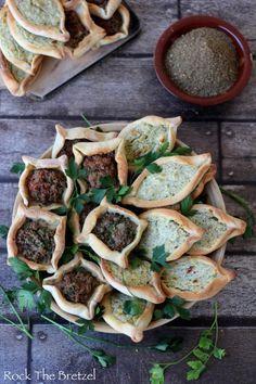Fatayer libanais Pr 48 pièces Pr la pâte 700 g farine blanche 30 g levure fraîche de boulangerie 2 cuillères à soupe sucre 2 demi cuillère à café sel 2 cuillères à soupe de Zaatar 48 cl lait entier 16 cl huile d'olive Pr les Fatayers au fromage : 255 g de feta 80 g de persil plat 40 g de menthe hachée 1 œuf Pr ls Fatayers à la viande : 250 g de viande d'agneau ou de boeuf finement hachée 3 tomates 2 oignons 2 c à s de sel 2 c à s de zaatar 1 c à c piment espelette