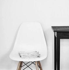 Dieser Stuhl aus Plastik, Hartholz und Metallverstrebungen ist lediglich inspiriert von der 'Charles Eames'-Reihe und kostet nur ein Bruchteil dessen. Hier entdecken und shoppen: http://sturbock.me/DWw