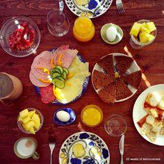 Värikäs aamiaiskattaus Arabian Paratiisi-astioilla