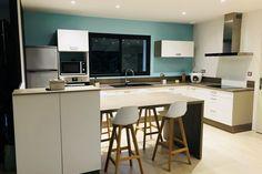 {Cuisine client} Cuisine blanche et bois avec îlot central pour un look moderne et tendance, par SoCoo'c Orléans Olivet ! #cuisine #cuisineéquipée #ilot #blanc #bois #moderne #bleu #peinture