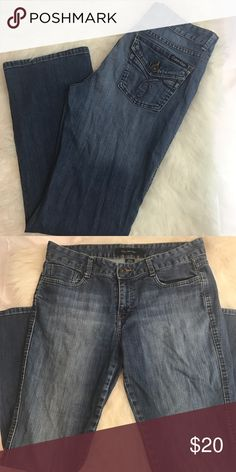 Calvin Klein boyfriend jeans Mid rise and straight leg. Relaxed fit like boyfriend jeans. Has two buttoned pockets on the back. Size 12 or 32. Calvin Klein Jeans Jeans Boyfriend
