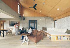 80年代に建築されたコーポラティブハウスの1室をリノベーション。シナベニヤ天井が時代を感じさせます。