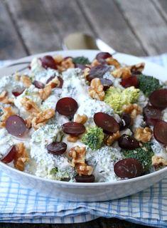 God fredag, og god bittelille-julafta♥ Idag har eg en ny vri på brokkolisalat til dere. Eg fikk tips av en lesar å prøve druer i brokkolisalaten for litt ekstra friskhet og sødme, så det har eg lenge tenkt på. I tillegg har eg brukt valnøtter i mangel på pinjekjerner, så brokkolisalaten fikk en litt ny …