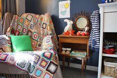 miroir soleil en bois fauteuil pour chambre bebe et plaid au crochet vintage retro