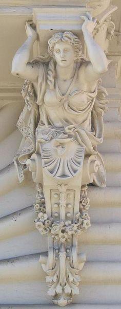 Cariatides de Buenos Aires (Palacio Pizzurno,  Ministerio de Educacion).- Buenos Aires. Argentina