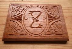 Letra Z Art Noveau. Sobre madera de cedro. Acabado con goma laca.