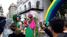 Drag queens dão entrevista para a TV. Marcha del Orgullo, em Buenos Aires. A Argentina como um todo é um destino super gay-friendly e, nessa viagem, conheci 3 deles: Buenos Aires, Bariloche e Rosário, onde houve o 1º casamento igualitário (casamento entre casais do mesmo sexo, homossexuais) do país. A Argentina recebe super bem quem é gay, lésbica, bissexual ou trans.