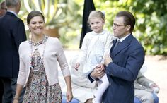 Nieuw portret Victoria, Daniel en Estelle. Met z'n drietjes en koningsblauw >> http://www.beaumonde.nl/royalty/royal-kids-royalty/nieuw-portret-victoria-daniel-en-estelle/?utm_content=buffer29bc4&utm_medium=social&utm_source=pinterest.com&utm_campaign=buffer #royalty