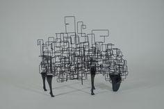 Tomohiro Inaba est un artiste japonais, sculpteur et poète vivant a Tochigi au Japon. Il crée des sculptures étonnantes, poétiques et fragiles à base de fi