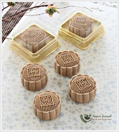 The addition of coffee powder and kahlua liqueur made theses moonies more flavourful and fragrant. If you like coffee then you would love these mooncakes. Cake Festival, Food Festival, Chinese Moon Cake, Mooncake Recipe, Springerle Cookies, Asian Cake, Asian Desserts, Food Staples, Bakery Recipes