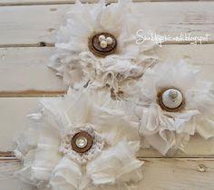 selbstgemachte Shabby chic Blumen- Blüten aus Stoff zur Dekoration von Shabbychicandi
