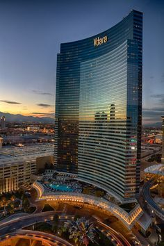 Las Vegas Hotel Tips. Sometimes, it is necessary to stay in a Las Vegas hotel. People often are disappointed with hotel rooms because they leave out the research. Plans Architecture, Unique Architecture, Futuristic Architecture, Unique Buildings, Amazing Buildings, Vdara Las Vegas, Las Vegas Nevada, Hotel Spa, City Photography