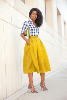 chemise aux carreaux blanc-bleu, jupe trapèze jaune, mi-longue                                                                                                                                                     Plus