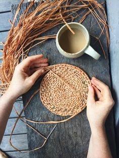 Raffia Crafts, Diy Macrame Wall Hanging, Making Baskets, Pine Needle Baskets, Woven Baskets, Craft Shop, Weaving Techniques, Sisal, Basket Weaving