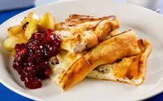 Fläskpannkaka med rårörda lingon och stekta äpplen är klassisk svensk husmanskost och en favorit hos hela familjen.