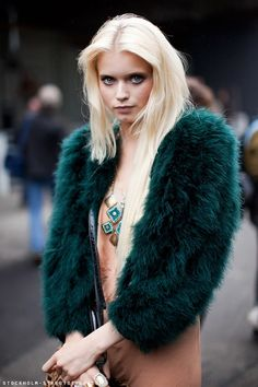 15 Of The Most Glamorous Street Style Photos Ever : ight out, abbey lee kershaw, green jacket, Stockholm Street Style Fur Fashion, Fashion Photo, Winter Fashion, Womens Fashion, Street Fashion, Looks Style, Looks Cool, Green Fur Coat, Modell Street-style