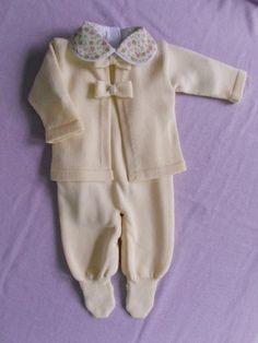 Conjunto para saída de maternidade composto por casaco com lacinhos + jardineira (salopete)