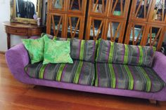 Shapes Moon -sohva, design Kasper Nyman, verhoiltu Designers Guild -kankaalla. Leveys 256cm, syvyys 95cm, korkeus 77cm, istuinsyvyys 55cm. Irrotettavat tyynyosat.