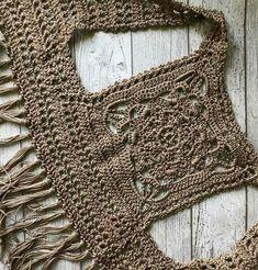 "Crochet Blouse Patterns Este chaleco es una bonita opc ""Crochet Patterns Coat Vest with fringes and granny square square on the back crochet crochet imag ."", ""No pattern - imag Gilet Crochet, Crochet Vest Pattern, Crochet Jacket, Crochet Cardigan, Crochet Granny, Crochet Shawl, Knitting Patterns, Lace Cardigan, Poncho Patterns"