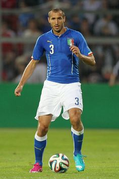 I look up to Giorgio Chellini because he is my soccer idol. He play for Juventus, Italy National team and he is also a center back.