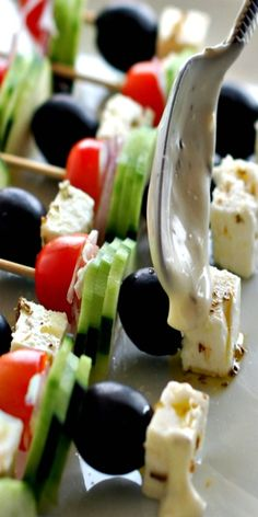 Greek salad on a stick makes the best party appetizer. It's like a portable version of a greek salad and it will be the hit at your next party. Best Party Appetizers, Finger Food Appetizers, Appetizer Recipes, Salad Recipes, Healthy Snacks, Healthy Recipes, Buffet, Greek Salad, Greek Recipes