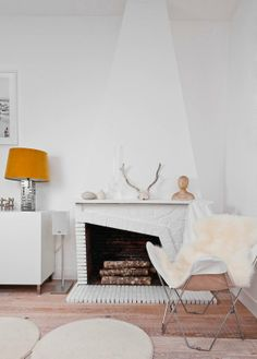 An offset fireplace: What a funky statement for your living room!
