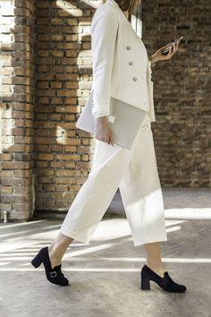 Ab zum nächsten Meeting! Mit diesen Pumps bist Du perfekt für Deinen Businesstag gewappnet. #paulgreen #elegant #pumps www.paul-green.com Dna, Pumps, Duster Coat, Elegant, How To Wear, Jackets, Bags, Shoes, Fashion