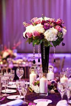 Casamentolândia: Paleta de cores : Lavanda, lilás violeta e roxo.além das flores este jarro escuro dá sobriedade à decoração. Detalhe para esse forro mara!!!