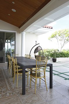 In the lanai, one can take his pick between any of the tiffany chairs or an egg-shaped rattan seat and stay there while enjoying the breeze.